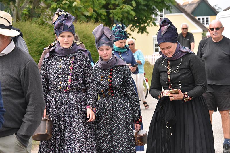 En gruppe Sønderho-kvinder ankom i traditionelle dragter.