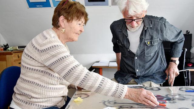 Forfatterparret Inge og Christian Poulsen på det fælles kontor på førstesalen.