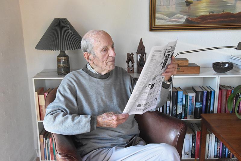 Bent Holm Thomsen med avis.