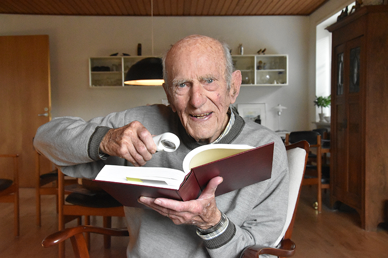 Bent Holm Thomsen må bruge lup for at læse i dag.