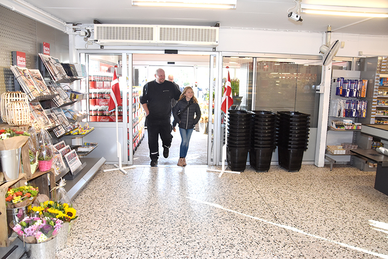 De første kunder i den genåbnede butik, Peter Michélsen fra Ren Strand Fanø med datteren Mille.