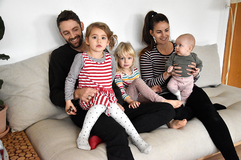 Kristian Siedelmann bor i Nordby med fru Anne Rose og døtrene Luna på fem år, Molly på tre år og Viola på fem måneder.