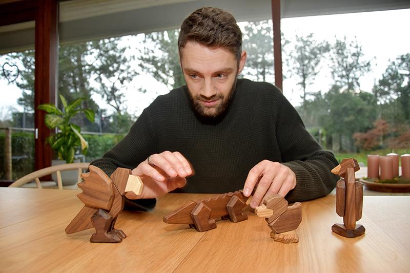 Stykkerne sættes intuitivt sammen og bliver til dyr. Har man mange sæt, kan man kombinere og lave fabeldyr.