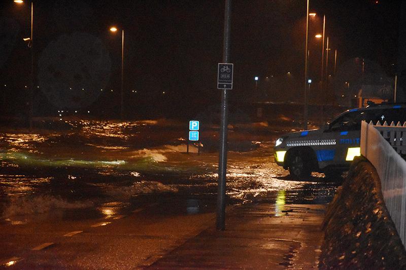Vadehav møder politibil. Beredskabet får hjælp af frivillige, når vandstanden menes at nå 2,5 meter.