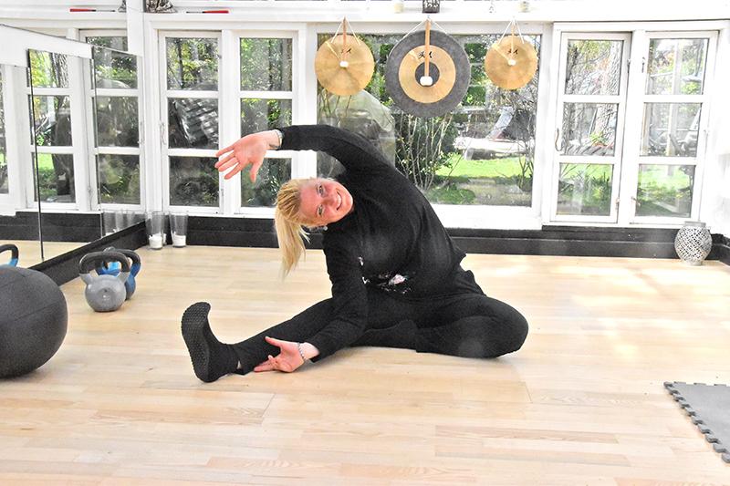 Stinne Berg i en yogaøvelse i træningssalen.