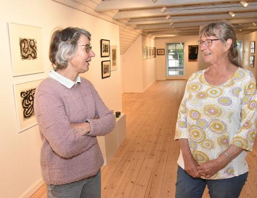 Formand Birgitte Schack Rasmussen og næstformand Birgit Knudsen glæder sig over genåbningen og Ruth Heinemann-udstillingen. Foto: Finn Arne Hansen.