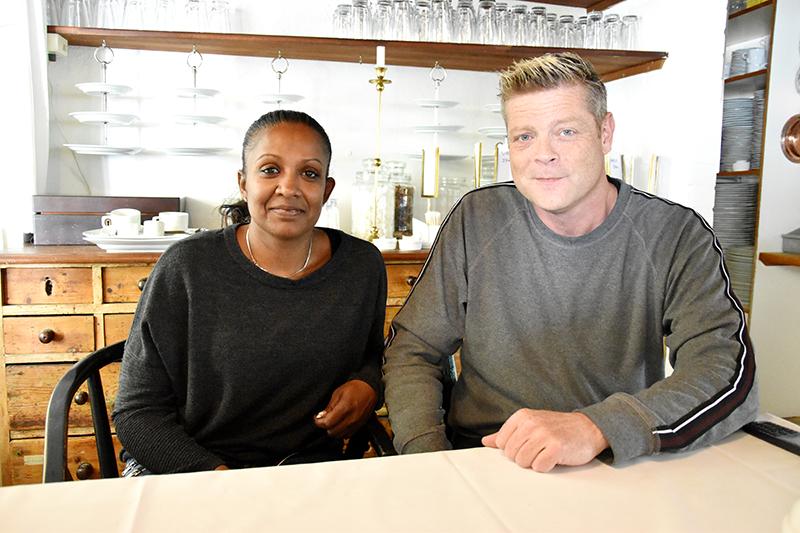 Anne Andreasen og Thomas Element i 'personalehjørnet' ved køkkenet. De har ikke planer om store ændringer af Nørby Kro. Konceptet er stadig hygge og god kromad i pæne portioner.
