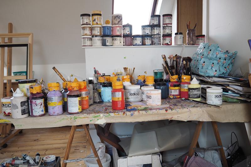 Margit Enggaard Poulsen maler i atelieret på første sal.