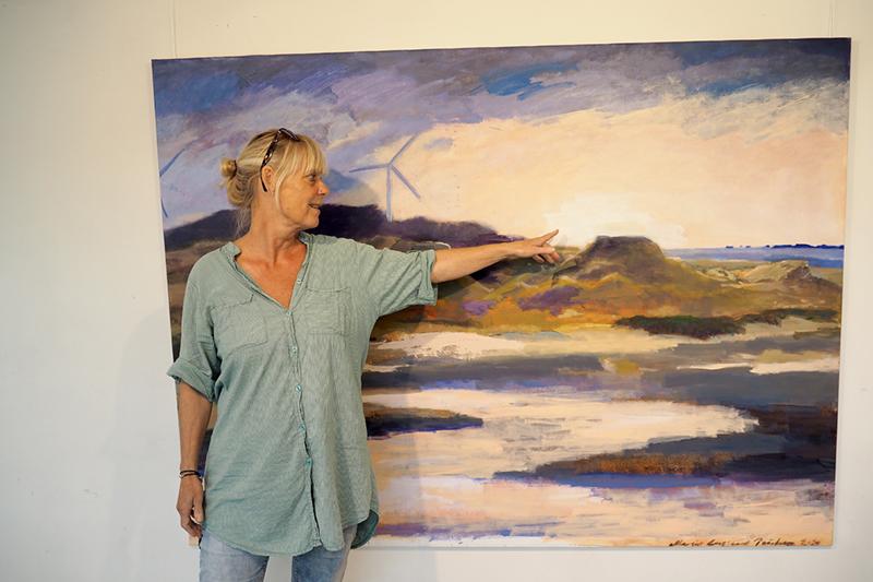 Maleriet med vindmøllerne var det, der kom ud af en stemning, som Margit Enggaard Poulsen fangede en aften på færgen.
