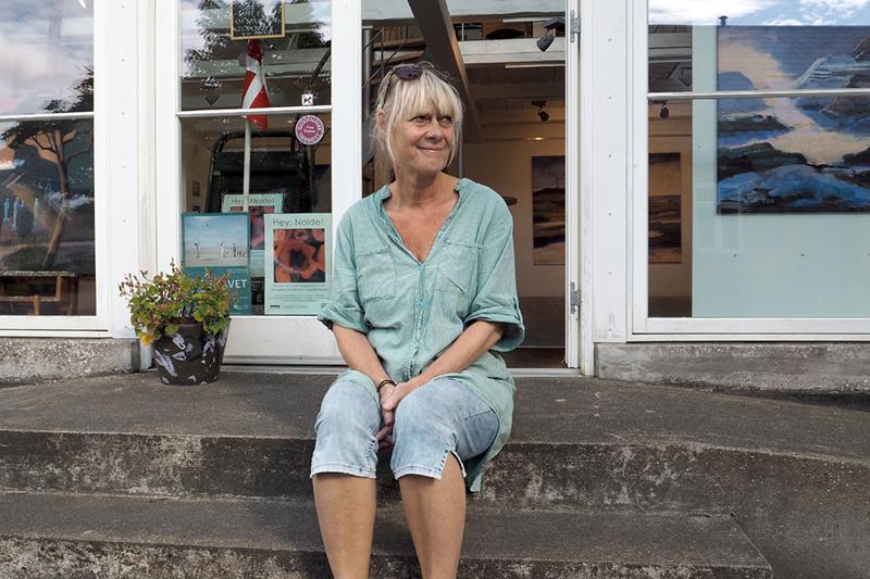 Margit Enggaard Poulsens foran galleriet i Hovedgaden i Nordby.