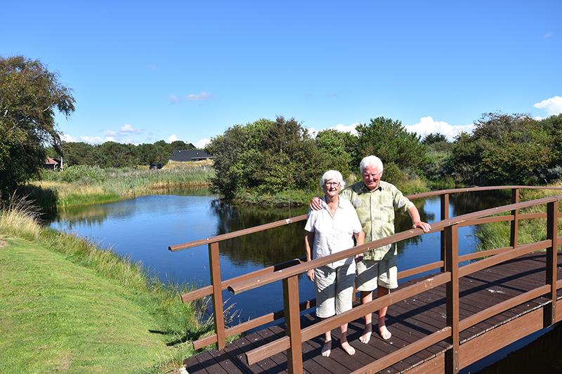 Lillian og Leo Truelsen på broen, der går over søens smalleste sted.