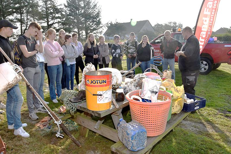 Eleverne fra Bryndum lyttede intenst på, mens Peter Michélsen fra Ren Strand Fanø fortalte. På pallen ses et udvalg af strandaffald.