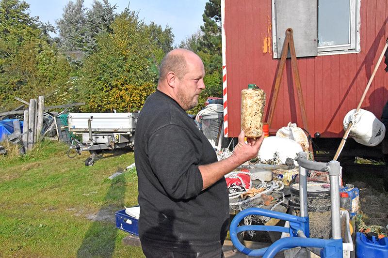 Dunke med bremsevæske, olie, kemikalier... alt smides i haves. For nylig gandt Peter Michélsen dunke fra 1966!