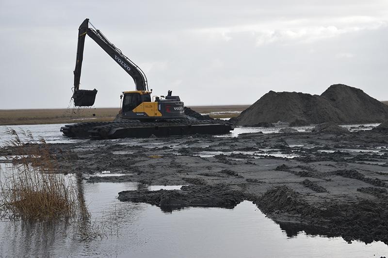 Em kæmpemæssig gravemaskine var i sving for at lave havnebassinet på 20 gange 50 meter.