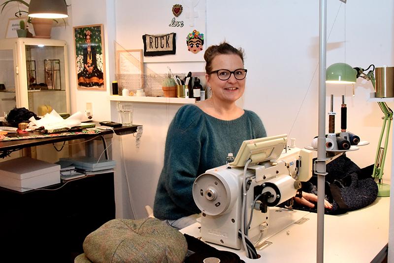 Billede: Katrine Bach er dameskrædder og holder til i et kontorfællesskab på Færgevej overfor Café Nord. Den altid smilende Katrine Bach ved sin trofaste industrisymaskine.