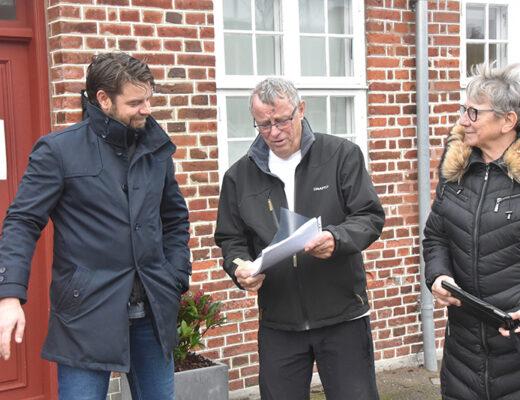 Christian Lorenzen (tv.) modtog underskrifterne, som Ole og Dorte Bay kom med.