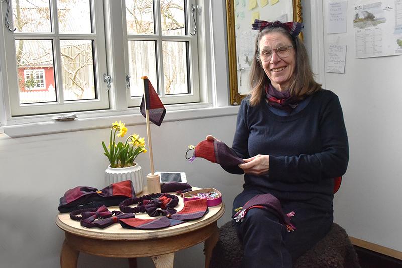 Lone Pierri Enevoldsen ved en lille udstilling med de nye varer. Mange er udstyret med små rav-detaljer. Hun har store forventninger til butterflyen og flagstangen.