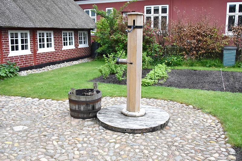 Pumpen, der nu står flot og funktionsklar i haven bag Fanø Museum.