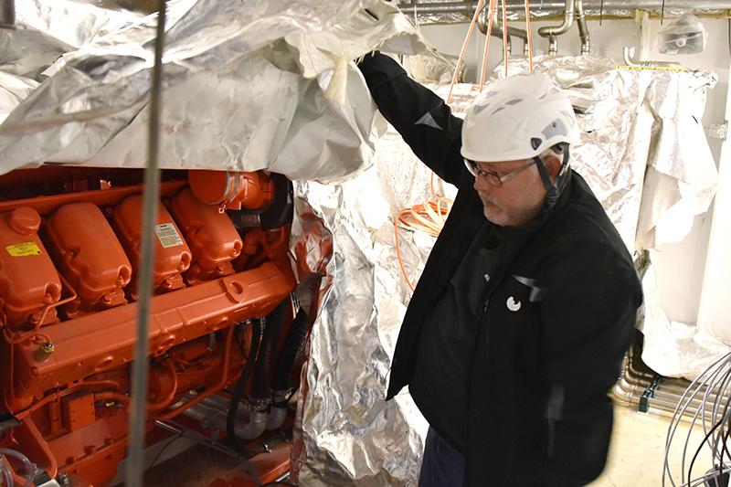 Ole Berg Hansen ved den orange Scania-generatormotor.