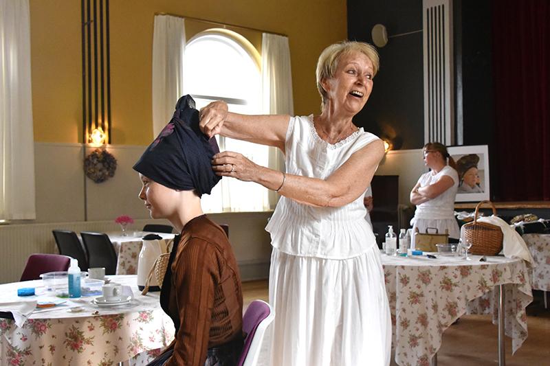 Kis Sharasuvana hjælper Sarah Bjerg med kludene.