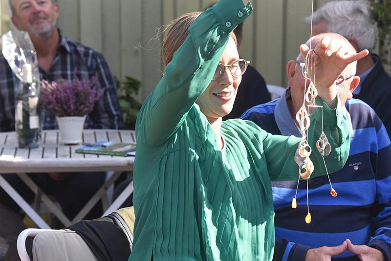 Lea Wermelin får sin gave, som Johan Brink Jensen selv er mester for.