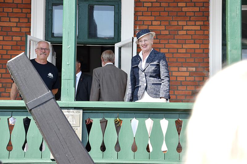 Til stor begejstring for de mange fastboende og gæster, der ventede trofast, kom Dronning Margrethe ud på Skibsfarts- og Dragtmuseets terrasse for at se og høre om everten Rebekka. Skipper og formand Ryon Petersen fortalte.