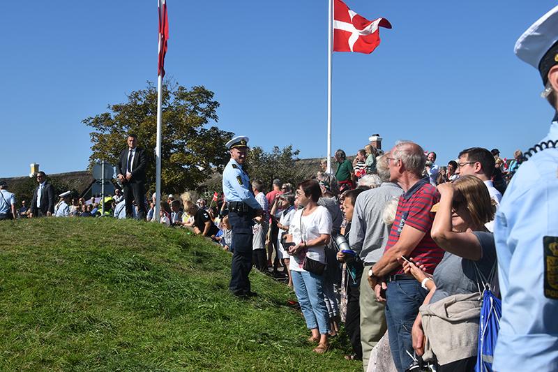 Mange interesserede var mødt op ved Børsen for at hilse på Dronning Margrethe.