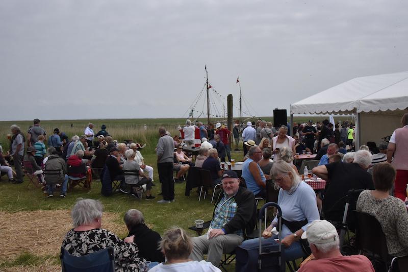Der kom så mange deltagere, at folk måtte hjem efter campingstole.