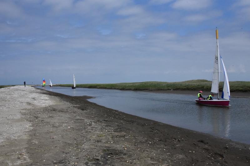 Allerede på indvielsesdagen var Sønderho Havn en rigtig havn med livlig trafik. Her kommer sejlere fra Ho Bugt Sejlklub.