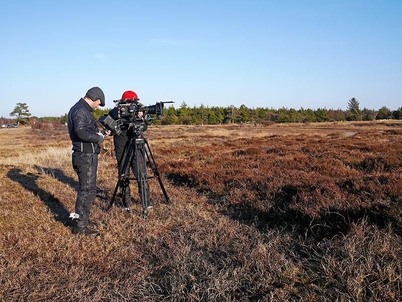 Filmfotograf Philippe Kress og hans assistent gør klar til optagelse af scene ved Pælebjerg. Foto: Frederik Ahlevig