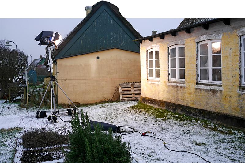 Lyssætning foran hus i Sønderho. Lampen gør det ud for 'solen' og skal sikre kontinuitet gennem scenerne. Foto: Frederik Ahlevig