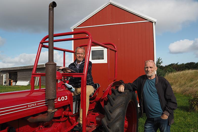 Arne Pedersen (på traktoren) og Søren Wium har sammen med en tredje kammerat til Arne bygget kolonihavehuset på hjul.