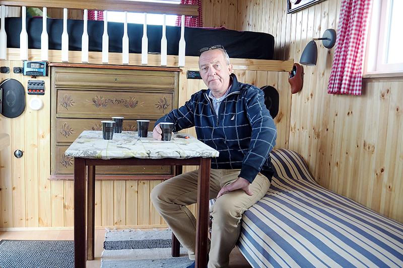 Spisebordet, som Arne Pedersen her sidder ved, kan flyttes frem og tilbage i rummet.