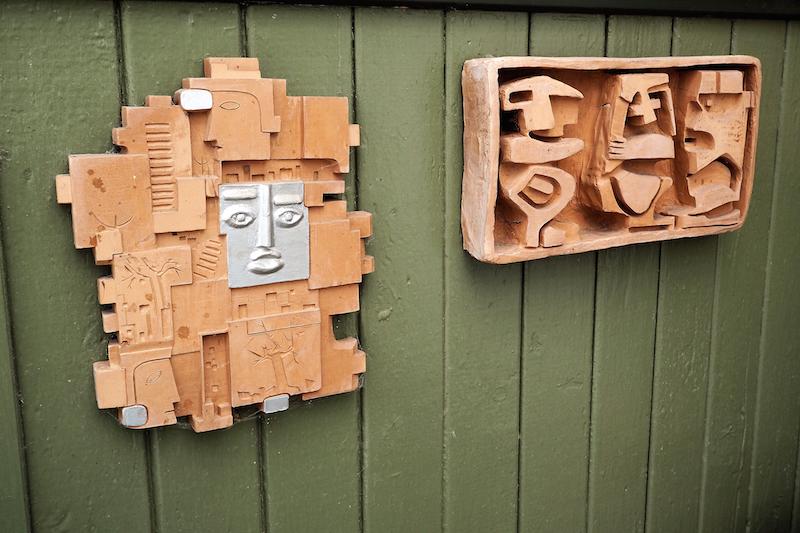 Nogle af Børge Bottelets egne keramikrelieffer hænger i den lille gård mellem huset og annekset.