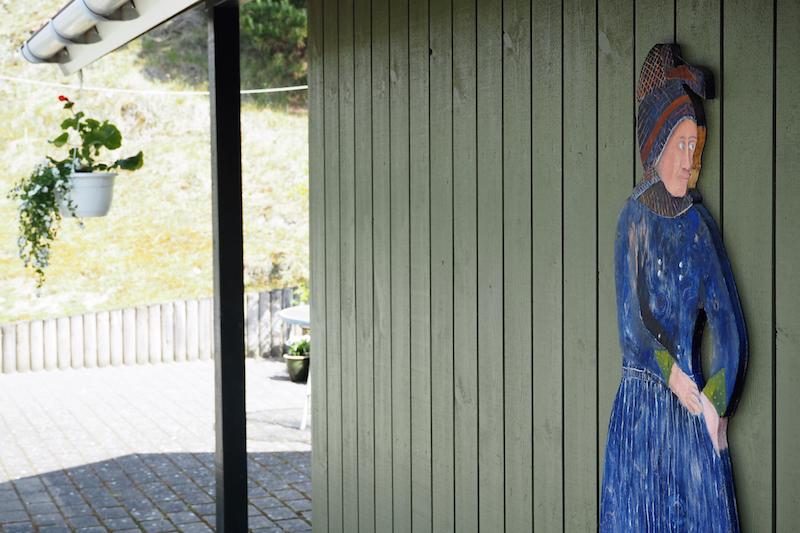 En ven har malet Fanø-pigen, der hænger i gårdhaven.
