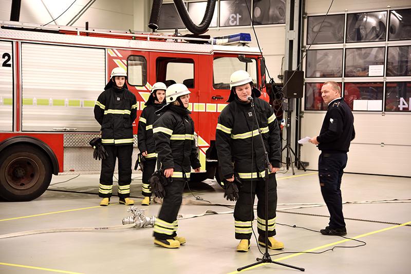 Her takker Niclas for sit uddannelsesbevis på stationen i Esbjerg. Foto: Claus-Brinch Danielsen.