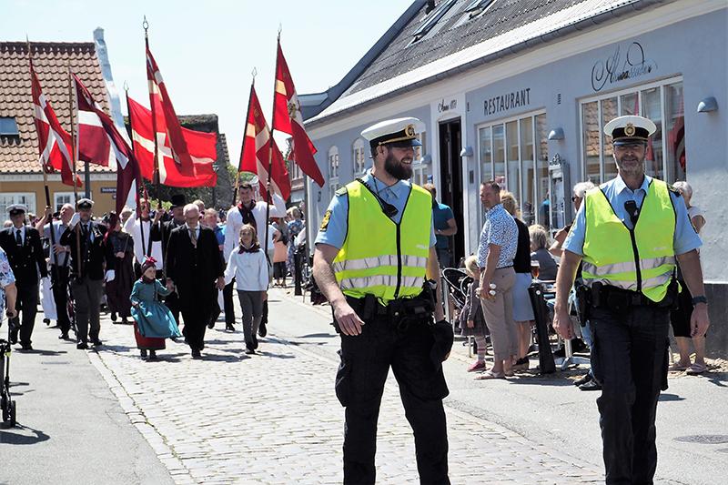 Chris Gade gik sammen med sin sommerassistance Mikkel Hansen (t.v.) i spidsen for optoget til Fannikerdagen den 13. juli.