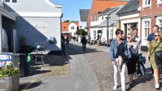 Der har været livligt i Nordbys gader denne sommer, og turismen har givet øget tilflytning af arbejdskraft udefra i år i forhold til i 2018. Men det reelle indbyggertal er også stigende.