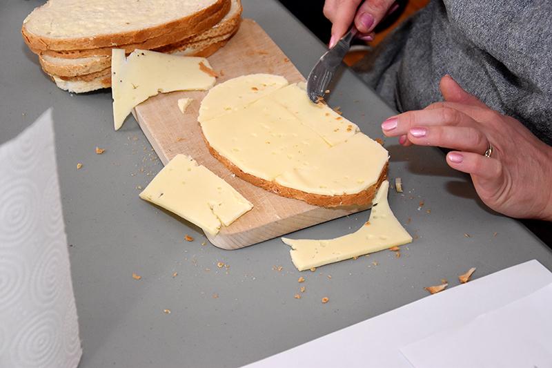 Først skal der lægges ost på. Det er det nemmeste. Osten skal smage af noget men ikke være stærk.