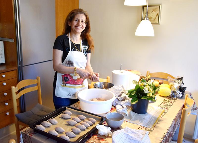 Mellemøstlig mad er noget af det lækreste, synes mange, og Manar er en dygtig kok. Her er hun ved at forme kibbehs til familien Osmans frokost.