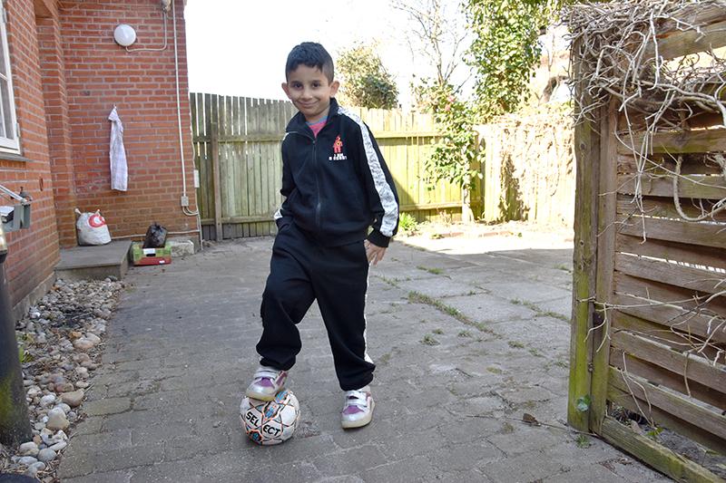 7-årige Youssef går i skole på Fanø. Han elsker at spille fodbold, og han drømmer om at blive læge.