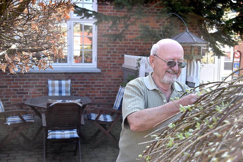 Hans Peder Jepsen kan lide at pusle om sine planter i haven.