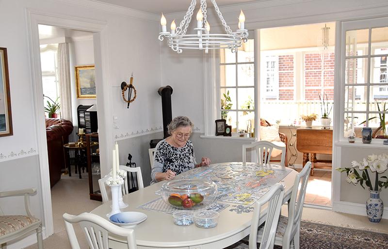 De mange karnapper og franske døre sørger for masser af lys gennem hele huset, hvor Lonnie Jepsen ofte hygger sig med at lægge puslespil i spisestuen.