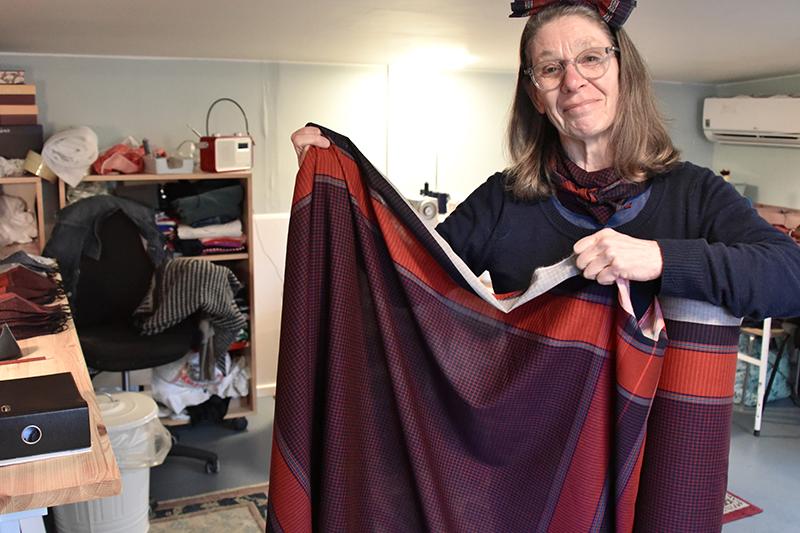 Lone Pierri Enevoldsen med en af de mange ruller stof, hun har bestilt.