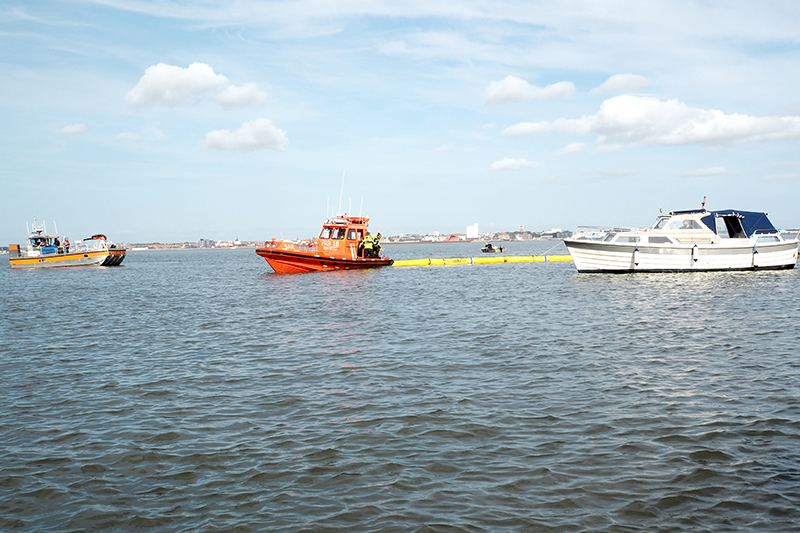 Lægtvandsfartøjet og redningsbådene øvede sig i at arbejde sammen.