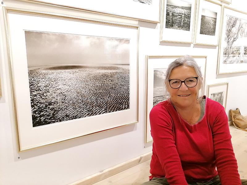 Vibeke Gjessing ved flere af Kirsten Kleins værker. Foto: Finn Arne Hansen.