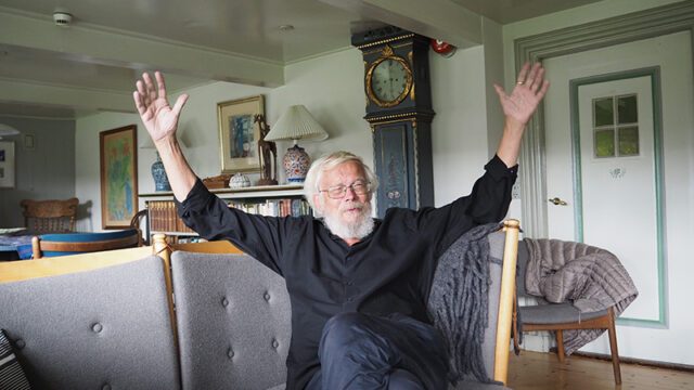 """""""I min version er det et forsøg på at riste en rune over en meget spændende politisk skikkelse, inden han går i glemmebogen,"""" fortæller Jørn Henrik Petersen i dette interview i Bomholts hus."""