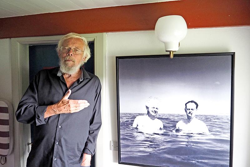 Jørn Henrik Petersen ved siden af det kendte billede af Bomholt og Kampmann i vandet.