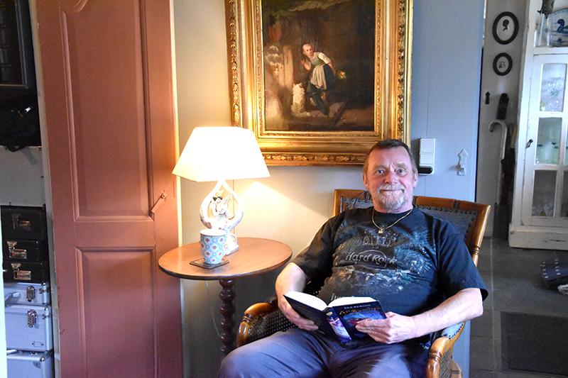Keld Andersen, der lærte sin Barbara at kende i England, har en god læsestund i stuen.