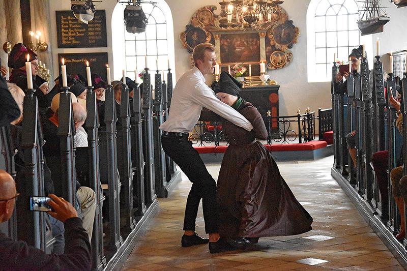 'Brudeparret' Isabella Exner Lenzing og Johan Beyer dansede ind og ud af Sønderho Kirke ved festgudstjenesten.